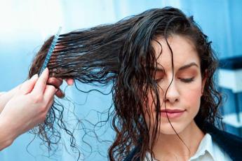 12 советов трихолога: вот как следует мыть голову, чтобы волосы долго не теряли свой объём и блеск
