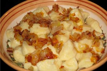 Картофельные галушки по-закарпатски очень выручают, если надо быстро, вкусно, сытно и очень экономно накормить большую компанию