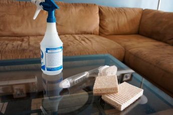 Удалить пятна с дивана поможет чистая белая щетка и небольшое количество спирта. Чтобы избавиться от неприятного запаха, нанесите небольшое количество соды.