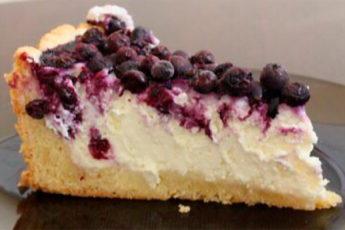 Простой, но невероятно вкусный и нежный творожный пирог с ягодами