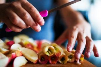 8 раз, когда яблочные огрызки не стоит выбрать, а можно применить с пользой