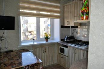 Идеи использования места под окном в крошечных кухнях