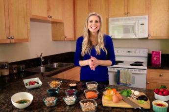Что в холодильнике у диетолога: 14 продуктов на все случаи жизни