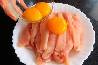 Просто заливаем куриную грудку яйцами. Очень нежное и быстрое блюдо!